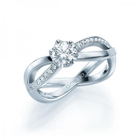 Bague d'exception Charisma avec solitaire et pavage diamants