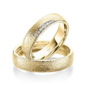 Bagues de mariage en or jaune et diamants avec texture glamour