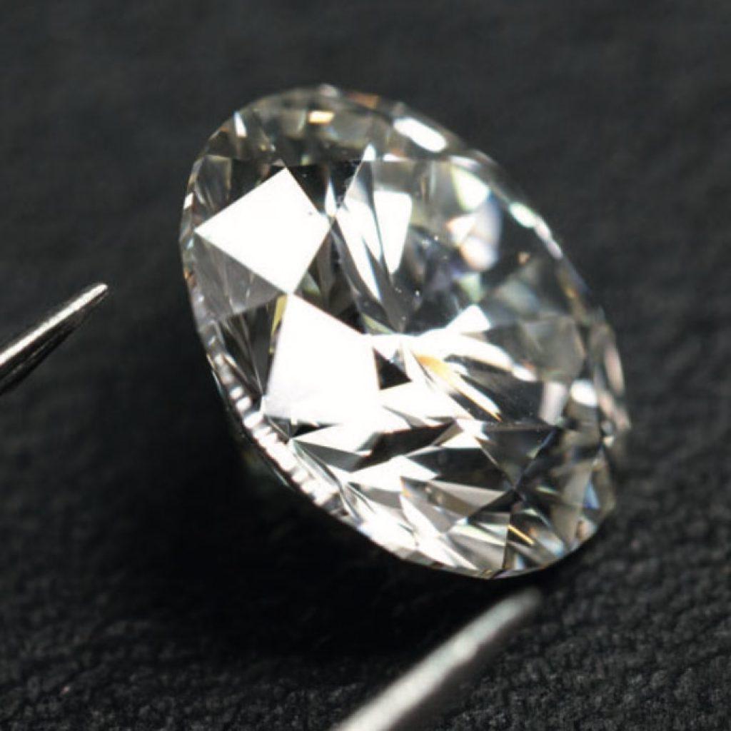 Diamant taillé et poli prêt à être serti