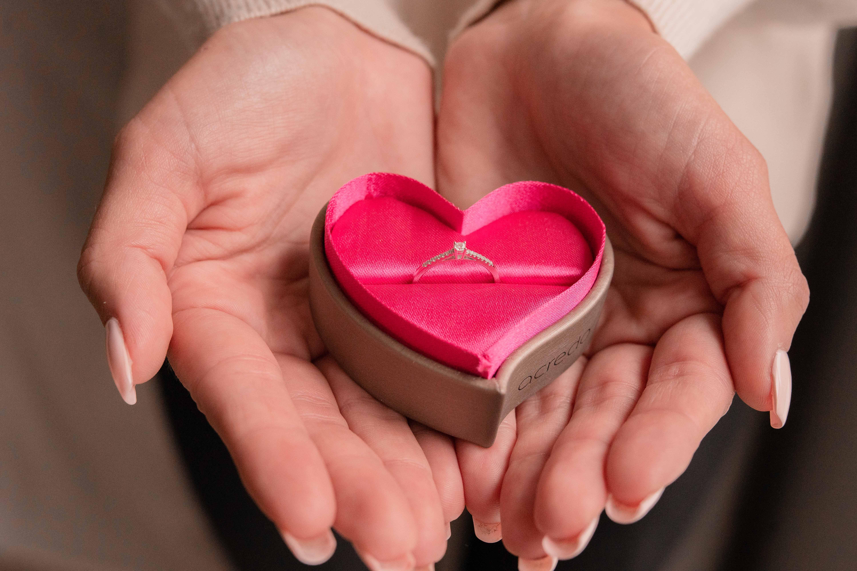 Alliance romantique dans écrin en coeur Acredo by LoveRings